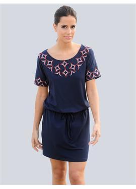 Пляжное платье с декоративной вышивкой