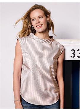 Блузка с чуть спущенными плечами