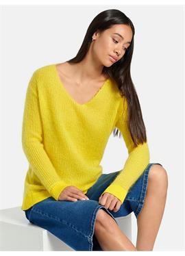 Пуловер с треугольным вырезом и чуть спущенными плечами