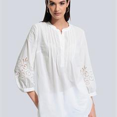 Блуза на рукаве с филигранной дырочкой